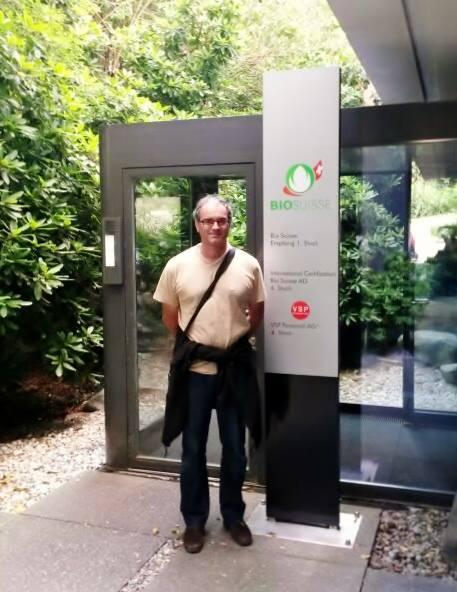 Nuestro compañero Javier, técnico del Consejo, en la entrada de Bio Suisse, el organismo certificador de la agricultura ecológica suiza.